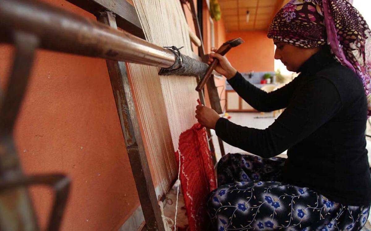 キリムを織っている女性の写真
