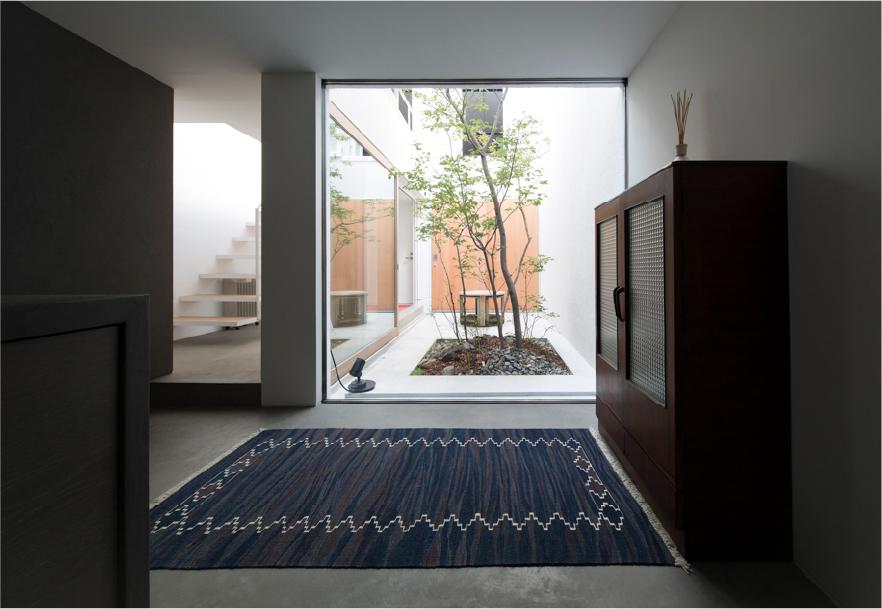 床に敷かれているキリムの写真